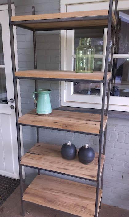 Open kast houten planken metalen frame op maat