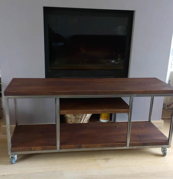 Open televisiekast met houten planken en metalen frame